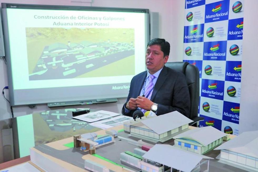 El gerente regional de Aduana Potosí durante la presentación del informe.