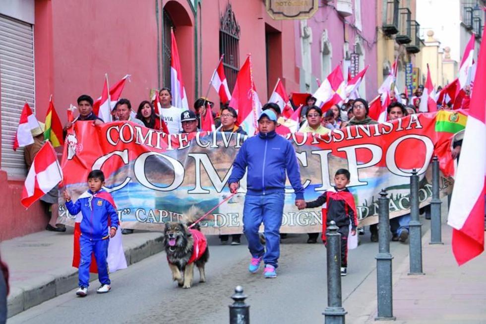 """A la cabeza de la movilización, """"Bolivia se respeta"""" y """"Bolivia dijo No"""", estuvo el conocido can Petardo."""