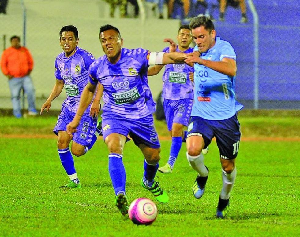 Herman Soliz, de Real, lucha por el control del balón con Leonardo Vaca.