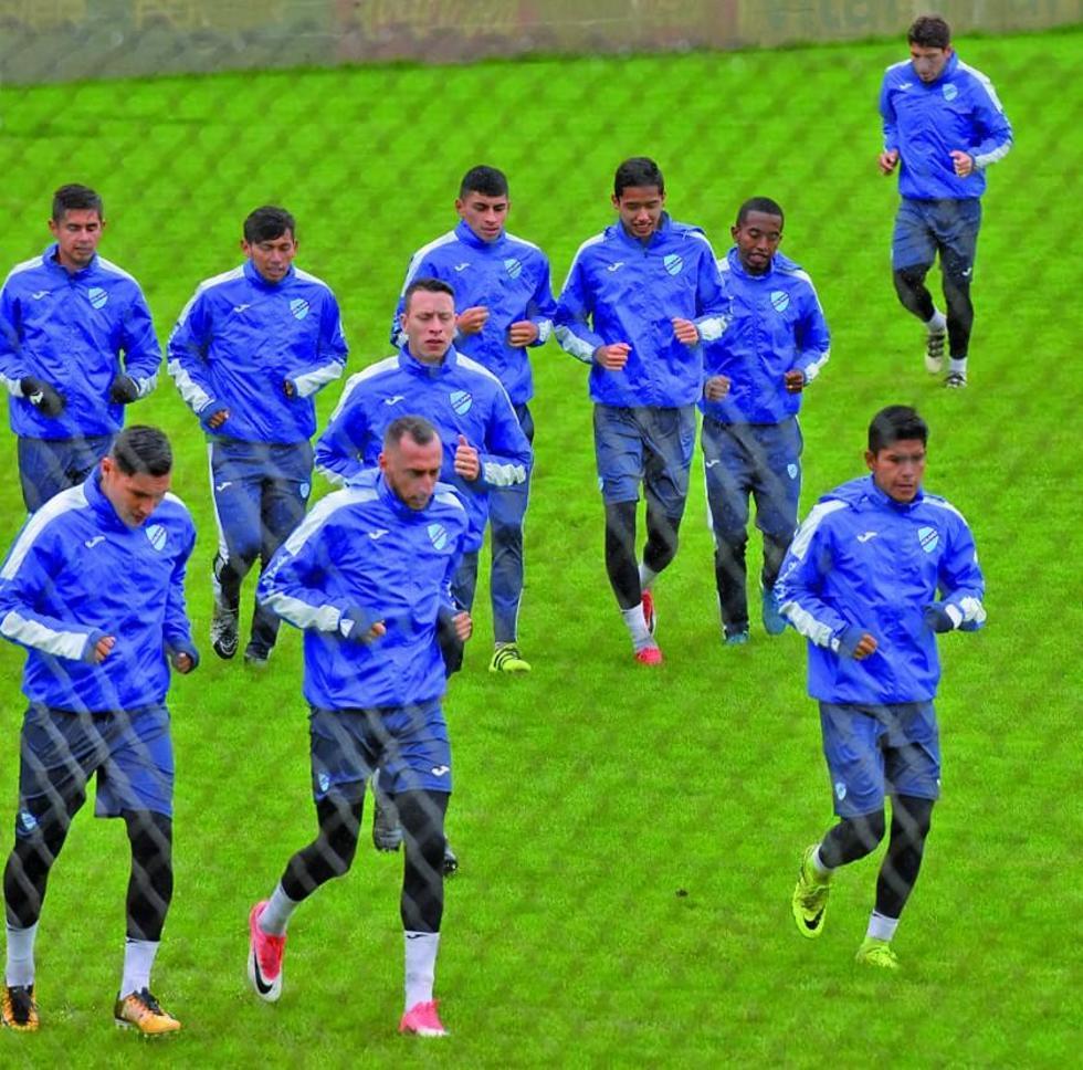 Los jugadores de la academia paceña durante su entrenamiento.