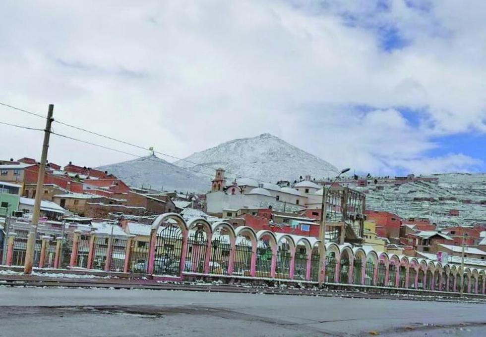 La ciudad cubierta de nieve recibió desde ayer a los visitantes.
