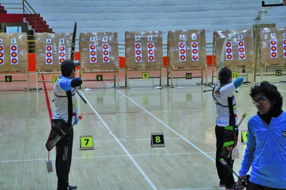 Uno de los deportistas de Cochabamba se alista para disparar la flecha.