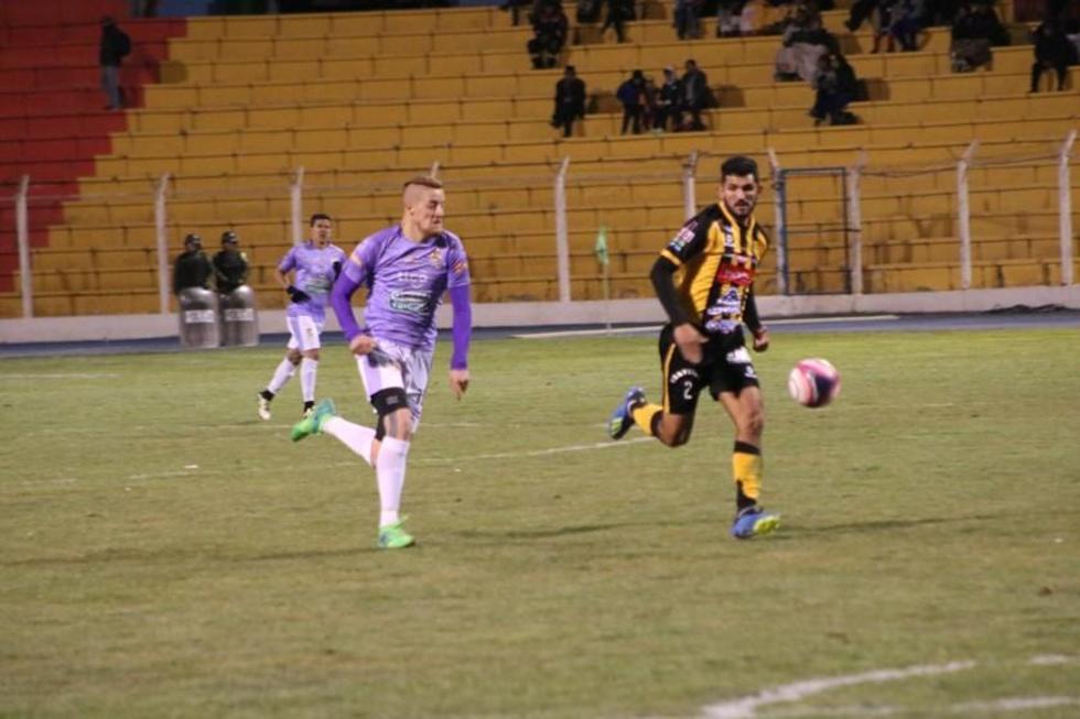 El atacante Germán Sosa, de Real, intenta ganar un balón a Maximiliano Ortiz, de The Strongest.