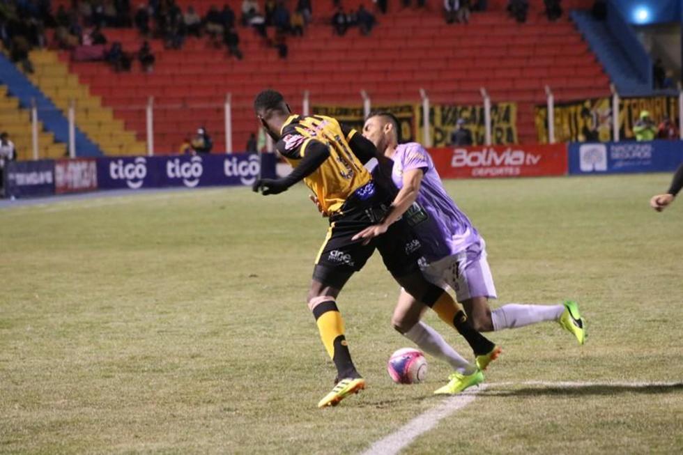 El jugador del Tigre, Edison Carcelén, protege el balón.