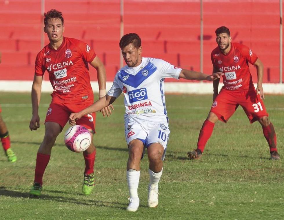 Marcelo Gomes, de San José, protege el balón.