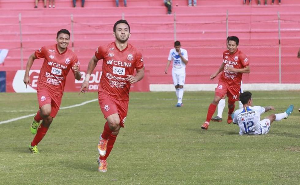 El jugador de Guabirá, Javier Lezcano (c) celebra su gol.