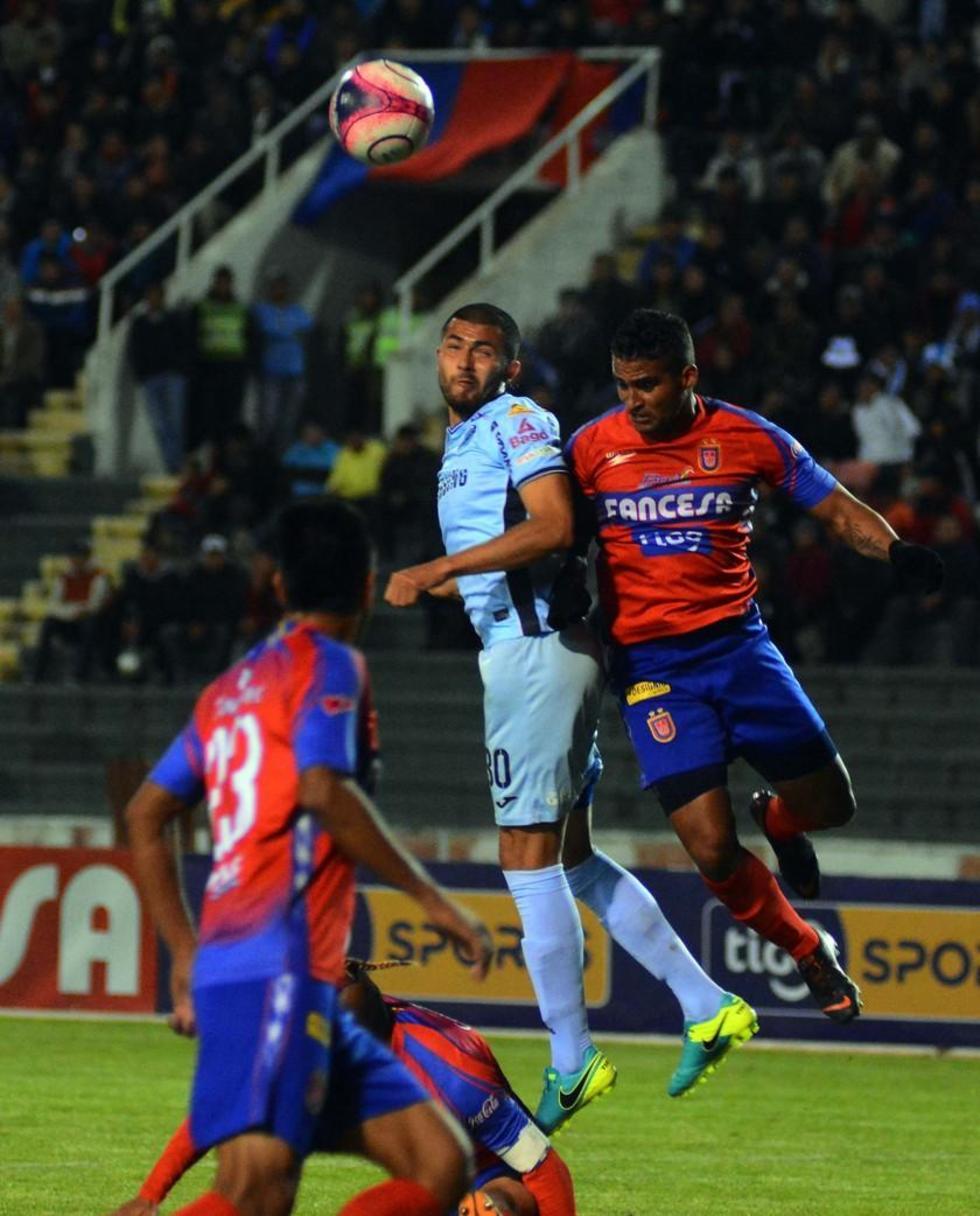 Pablo Pedraza despeja el balón.