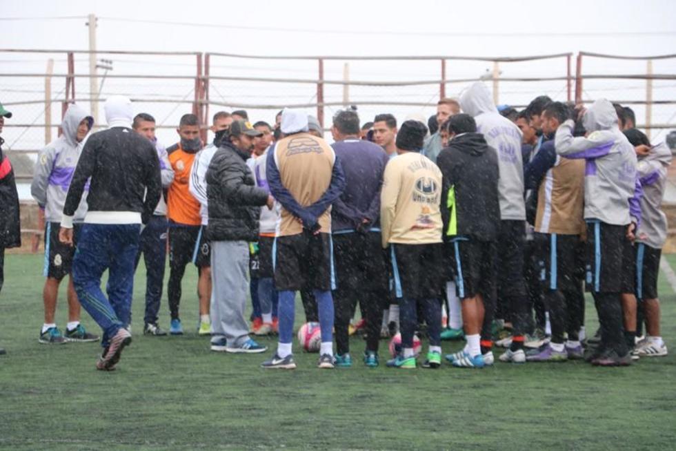 El equipo lila conversa antes de su práctica.