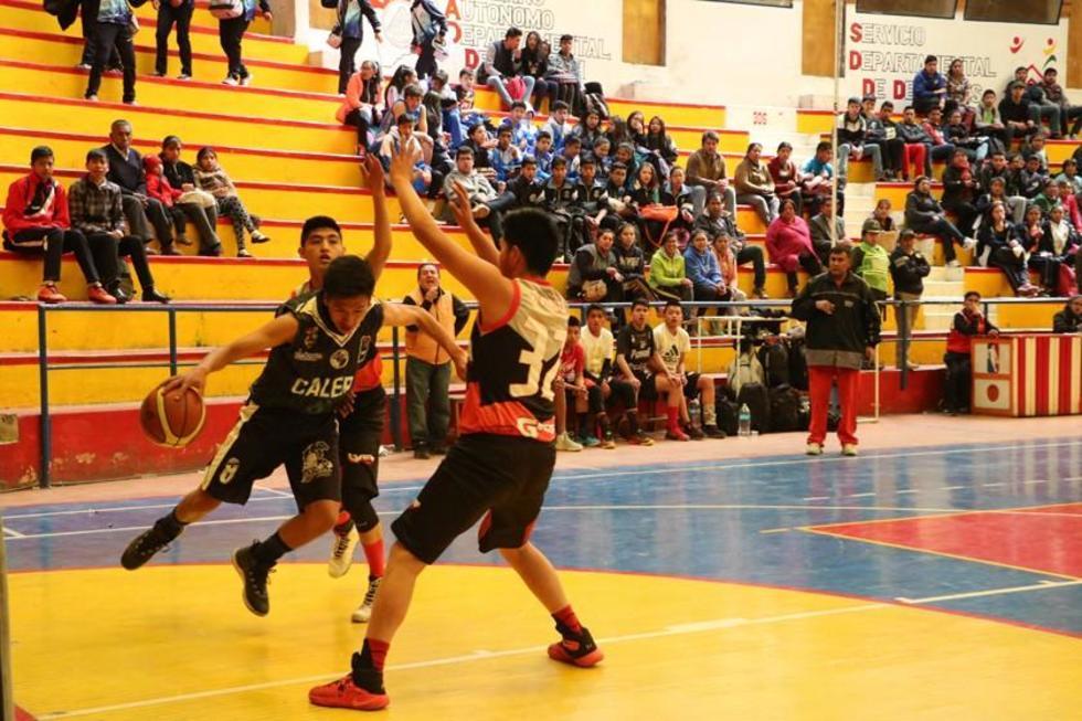 Los jugadores de la vieja casona frenan a su rival durante un ataque.