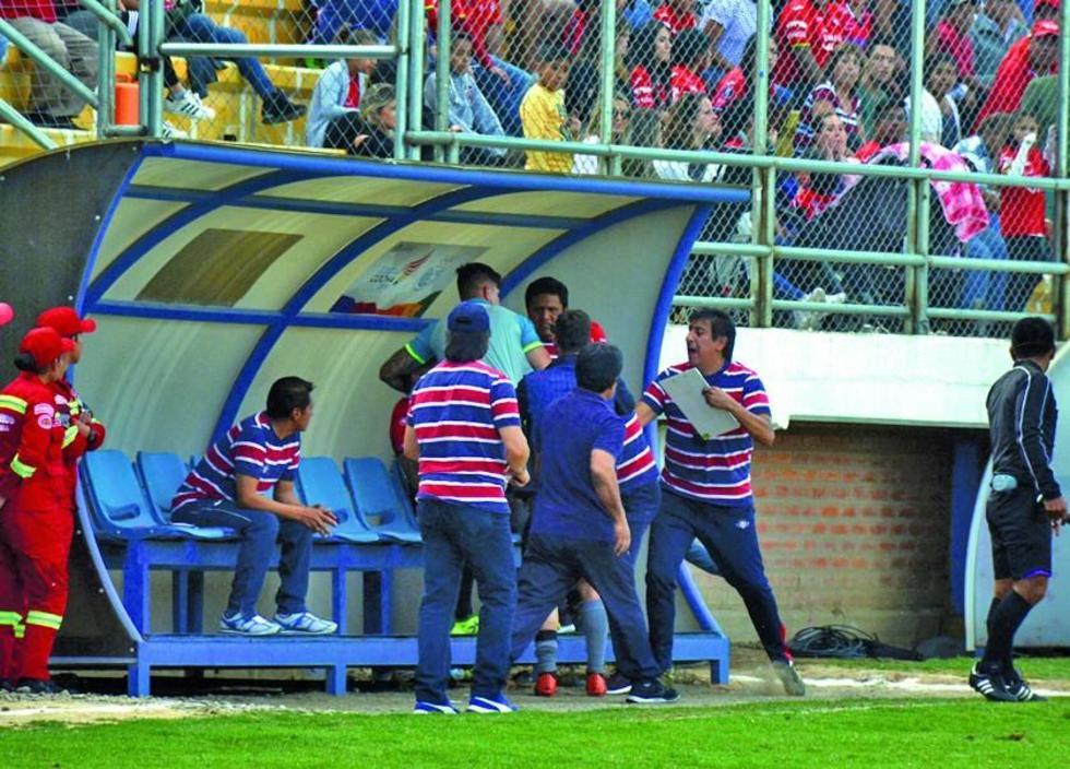 La gráfica muestra el momento del pleito entre Cristian Chávez y el asistente técnico, Thiago Leitao.