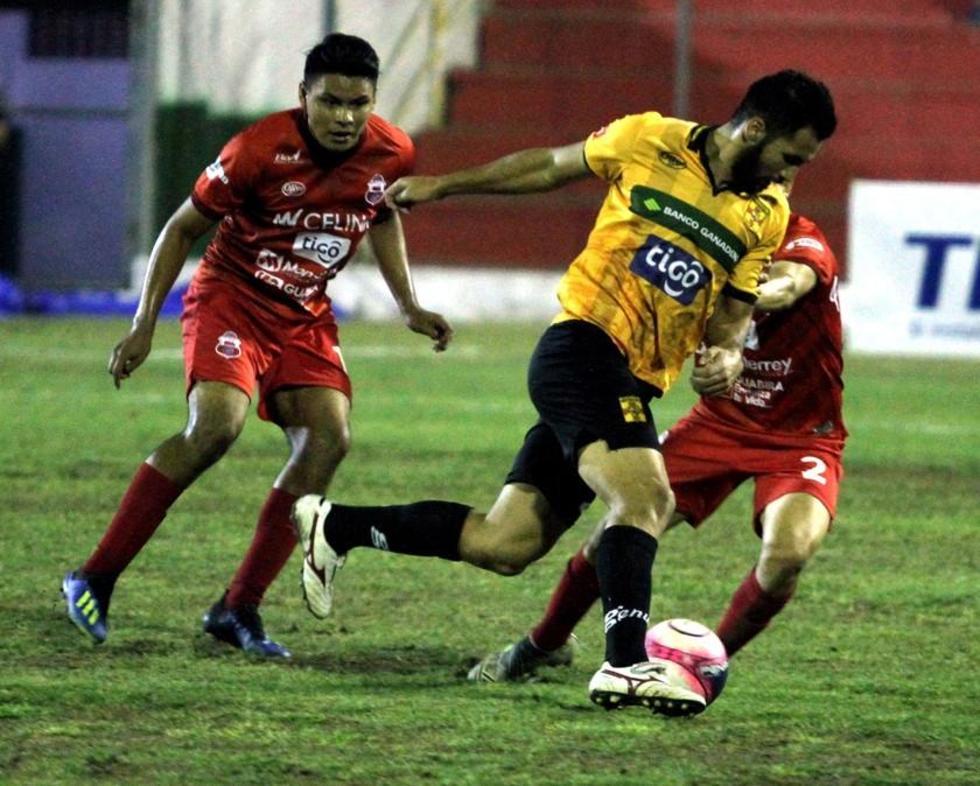Los jugadores de Guabirá tratan de detener a su rival.