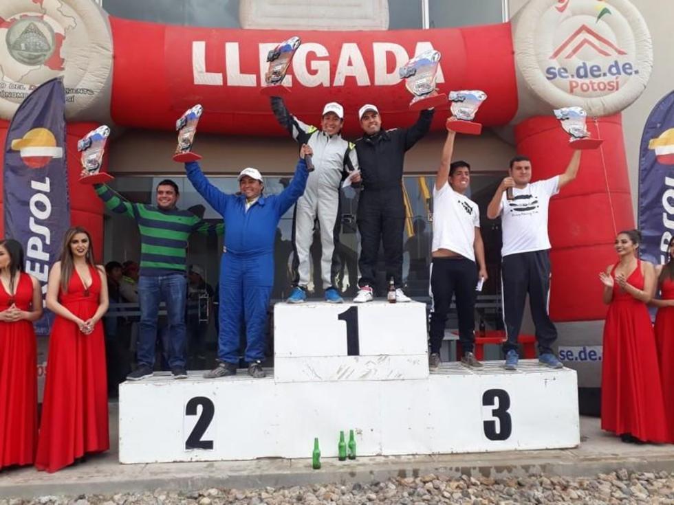 El piloto Sergio Cors junto a su copiloto Gustavo Rojas en lo más alto del podio.