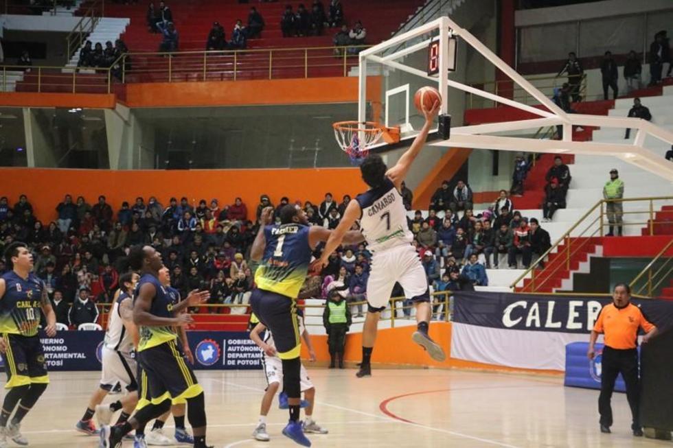 El basquetbolista potosino Cristhian Camargo en plena canasta.