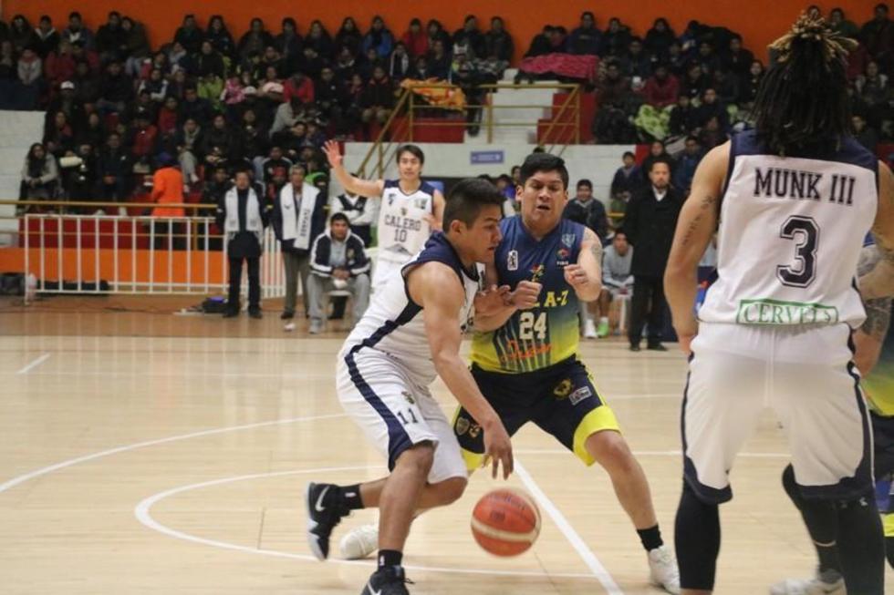 Axel Veizaga, de Calero, controla el balón.