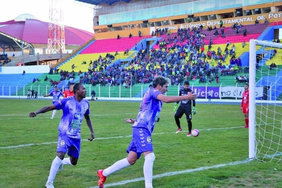 Los jugadores de la escuadra potosina festejan el primer gol del cotejo.