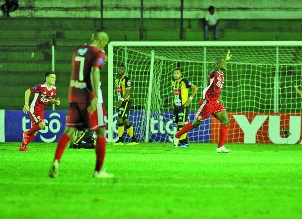 John Mosquera (d) celebra el único gol del cotejo.