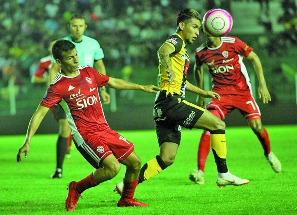 Rudy Cardozo (c) rebasa a sus oponentes.