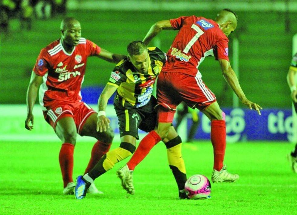 Jugadores de Royal Pari interceptan a su rival.