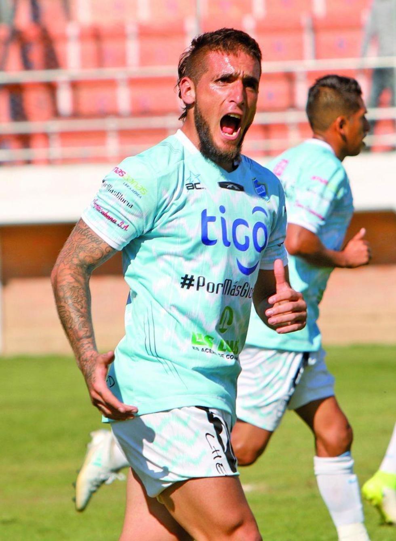 El jugador de Aurora, Matías Vicedo, celebra su gol.