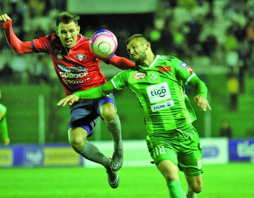 Yasmani Duk (d) pelea por el balón con un rival.