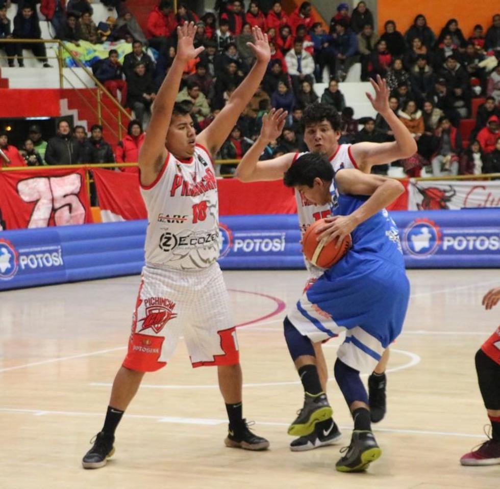 Luis Velasco y Wilson Romay bloquean a su rival.