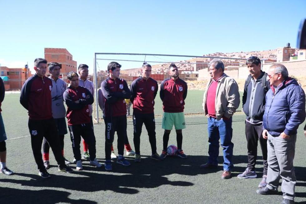 El presidente del club, Wilfredo Condori, presenta al estratega a los jugadores.