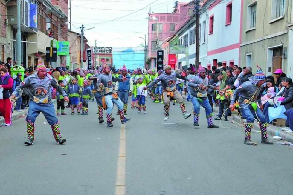 Los danzarines lucieron trajes llamativos.