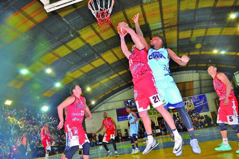 Murilo Becker, de la Vieja Casona, encesta el balón ante la marca de su rival.