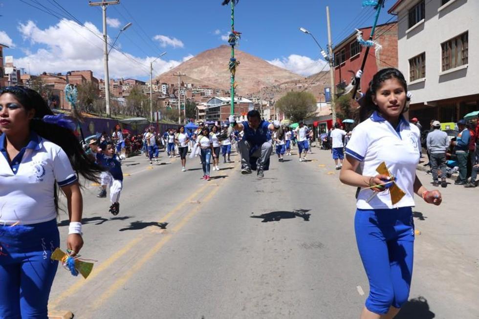 Los danzarines realizaron sus demostraciones a lo largo de la entrada de promesa. .