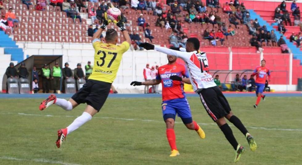 El arquero Iván Brun ahoga el grito de gol al colombiano Stiwar García.