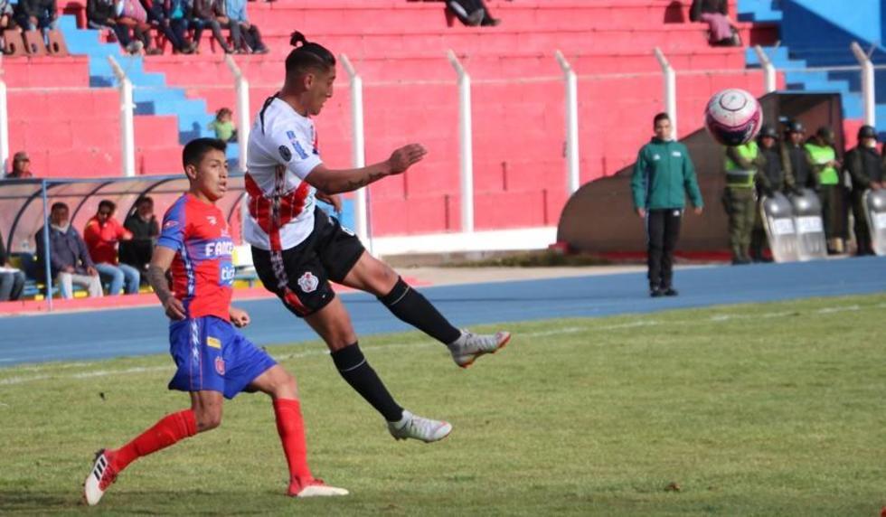 Miguel Quiroga (d) despeja el balón.