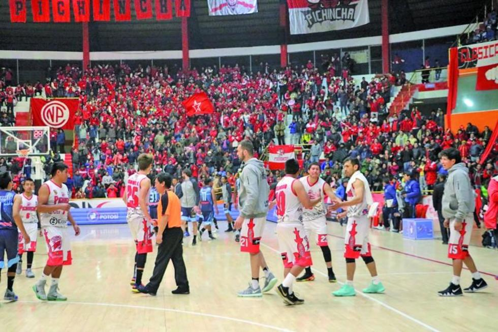 Los jugadores del equipo local festejan su victoria.