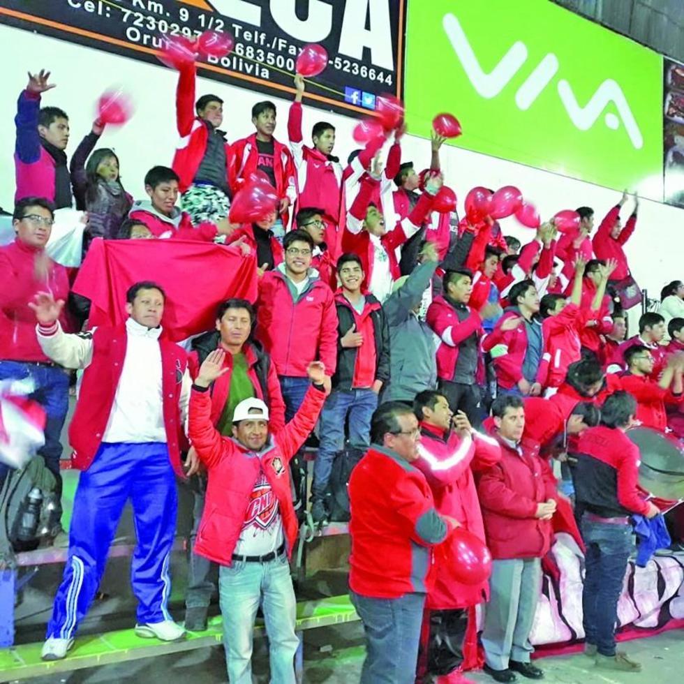 Una nutrida barra apoyó al subcampeón nacional en Oruro.