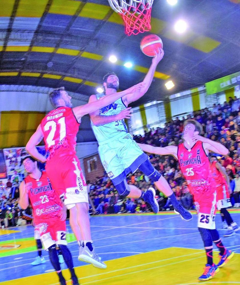Agustín Ambrosino se eleva frente a dos pichincheños.