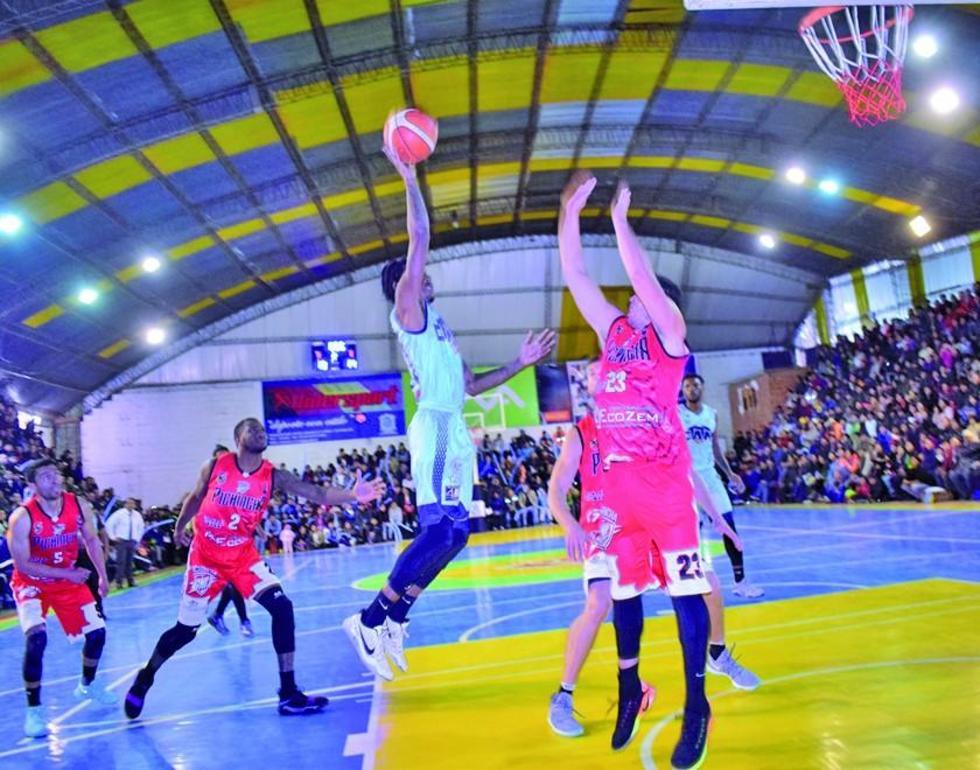 René Calvo (d) trata de bloquear a su oponente.