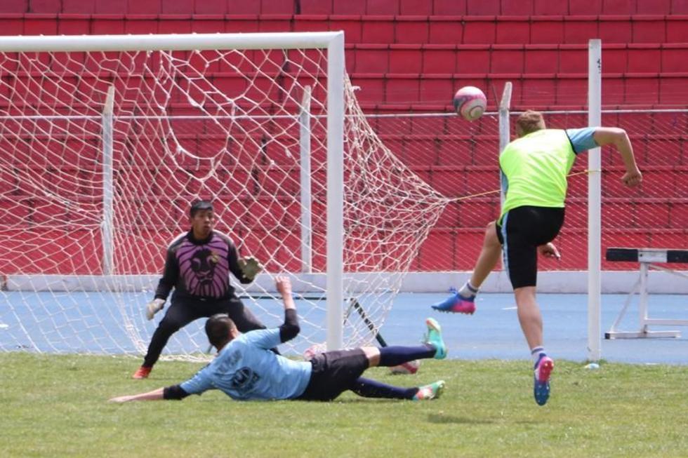 El jugador lila, German Sossa, remata el balón durante el entrenamiento.