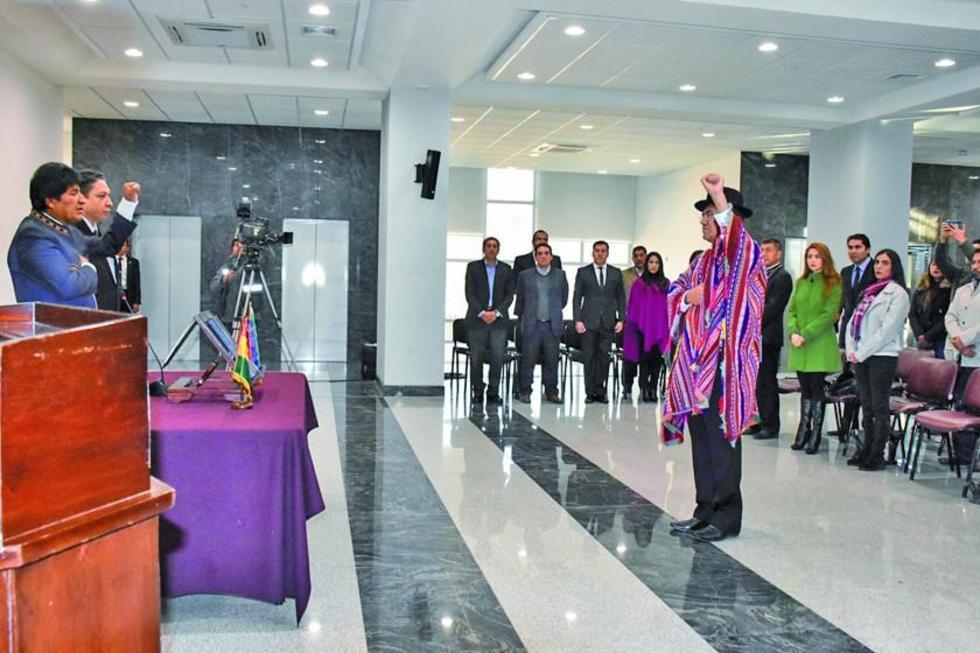 El presidente Evo Morales poseciona al ministro de Relaciones Exteriores.