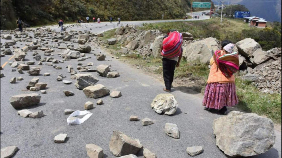 Los movilizados colocaron piedras en Unduavi.