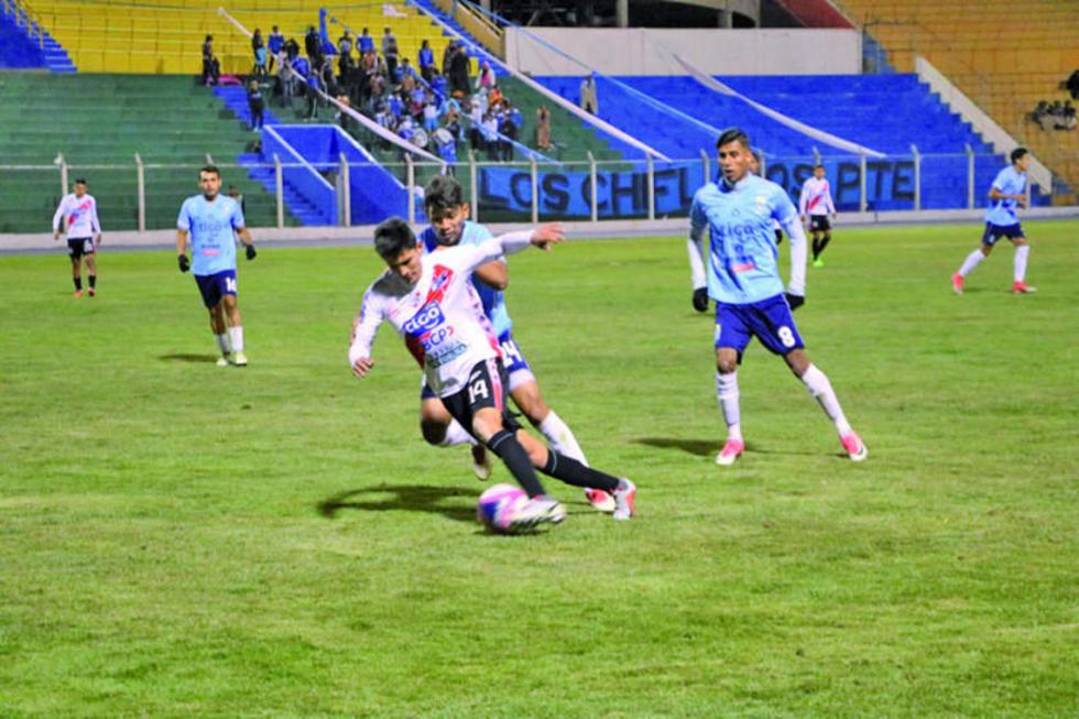 Edson Pérez, de Nacional, controla el balón ante la marca de sus rivales.