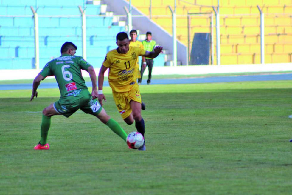 El defensor de Palmeiras, Eligio Aguilar, frena a su rival.