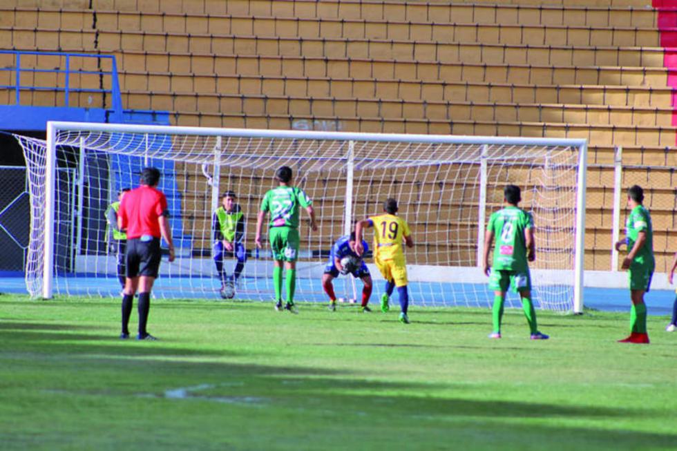 El portero de Palmeiras, José Sosa, ataja el balón a Lucas Méndez, de Rosario.