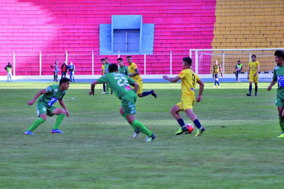 El delantero Juan Pablo Filipezuk, de Rosario, intenta pasar a los defensas rivales.