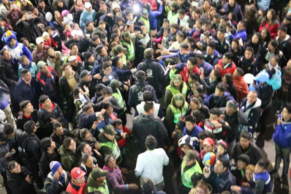 Los jugadores caminan en medio de aplausos de sus seguidores.