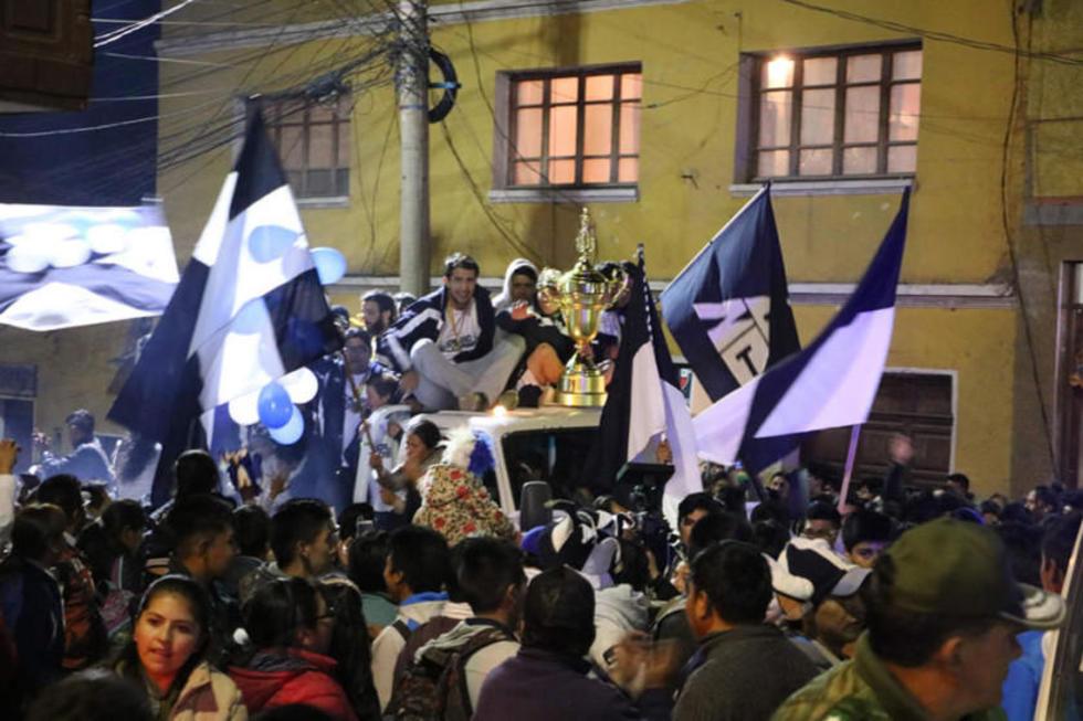 Los jugadores muestran el trofeo durante su recorrido por las calles de la ciudad.
