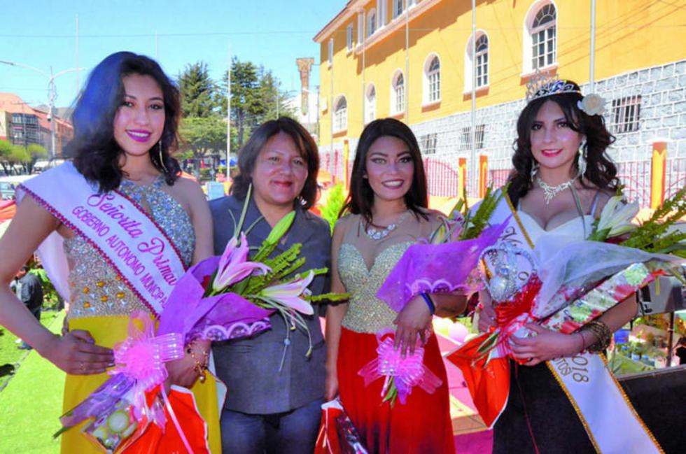 Kimberly Quiroz (Miss) está a la derechas.