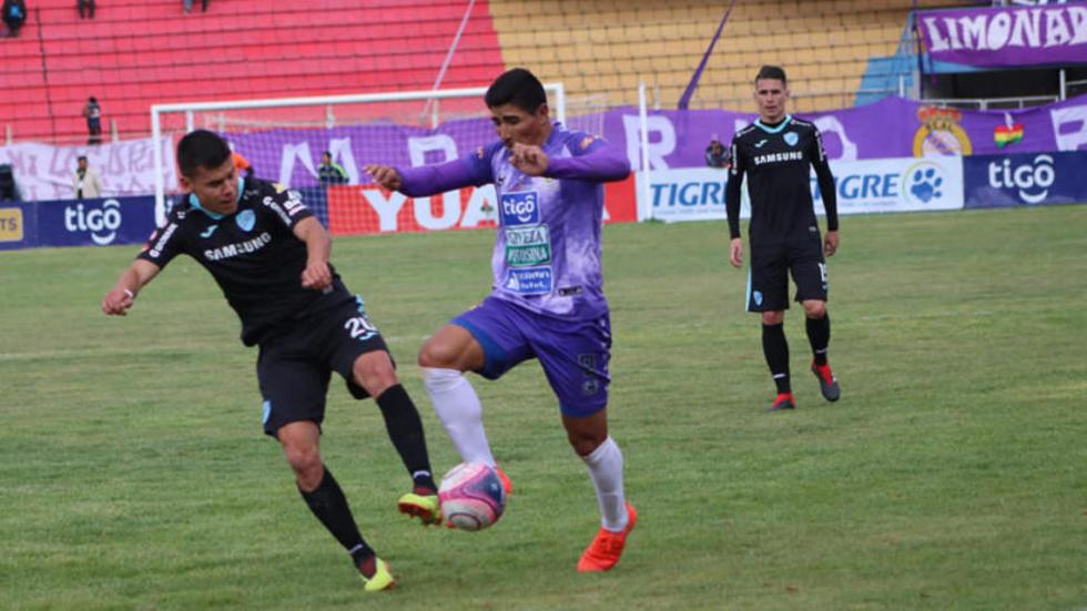Erwin Saavedra y Luis Leguizamón pelean por quedarse con el esférico.