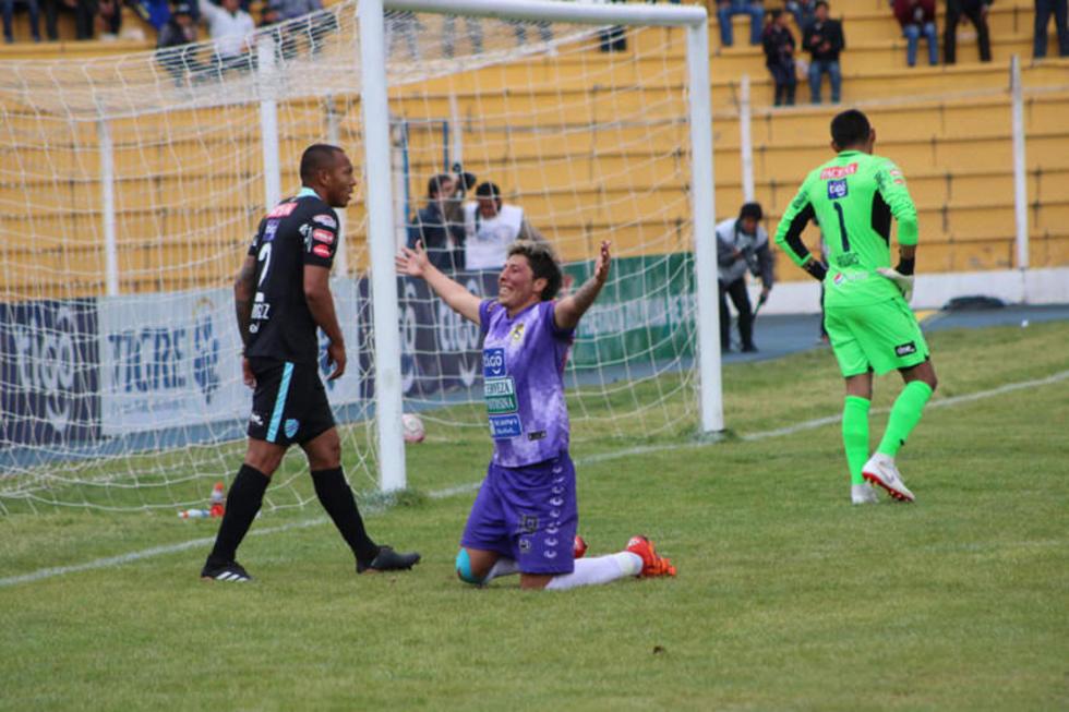 Fernando Adrián (c) celebra el primer gol en su cuenta.