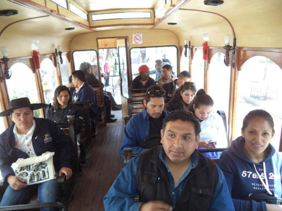 Los participantes en el bus durante el paseo turístico.