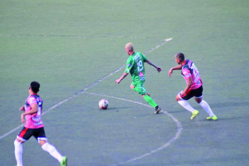 Willam Almeida, de Palmeiras, controla el balón.