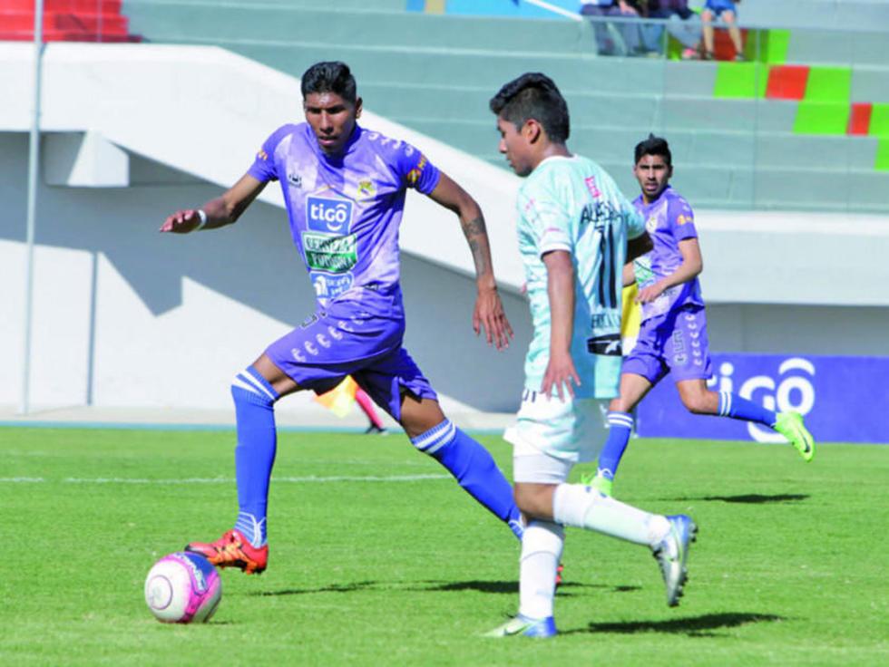 Rodrigo Ávila, de Real, marca a su rival.